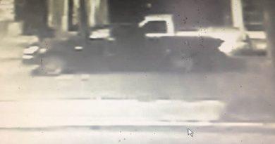 Esta madrugada automovilista inconsciente embistió dos automóviles y se dio a la fuga.
